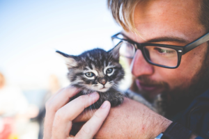 A man holding a kitty
